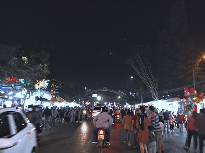 Khung canh du khach dong duc tai cho dem Da Lat toi 30/4 3