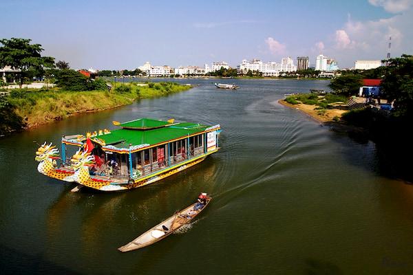 Di chuyen tren song Huong bang thuyen de cam nhan duoc cai hon cua Hue